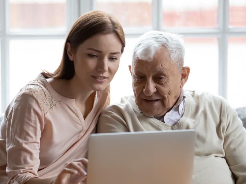 Det er koselig å utforske Pensjonistforbundets nye nettsider sammen! (Illustrasjonsfoto: iStock)