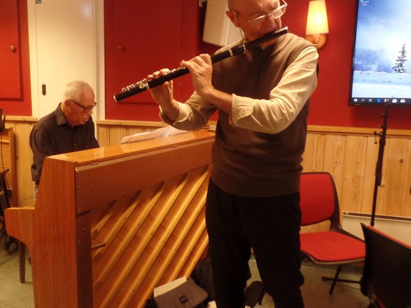 """Det musikalske hovedinnslaget var det pianisten Willy Dag Ernst og fløytisten Tor Magne Vesterli som sto for. De hadde et halvtimes program som de hadde kalt """"Musikk og fløyte og piano fra Wienerklassisismen"""", med innhold som spente fra ren instrumentalmusikk til gamle skolesanger som forsamlingen kunne nynne med på. Vesterli band det hele sammen med opplysninger og lune kommentarer."""