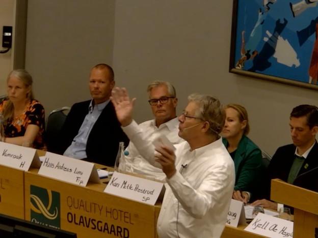 Debattleder Harald Norman engasjerer de fremmøtte.