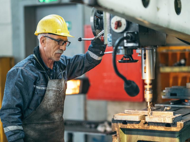 Pensjonistforbundet mener arbeidstakere over 67 år bør ha rett til dagpenger ved permittering. (Illustrasjonsfoto: iStock)