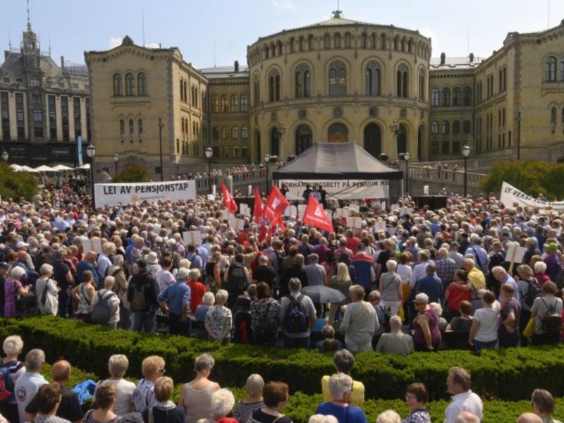 Pensjonistene fylte opp Eidsvolls plass, deler av Karl Johan og området helt ned til Spikersuppa, under Pensjonistforbundets demonstrasjon foran Stortinget 6. juni. (Foto: Nils J. Maudal)
