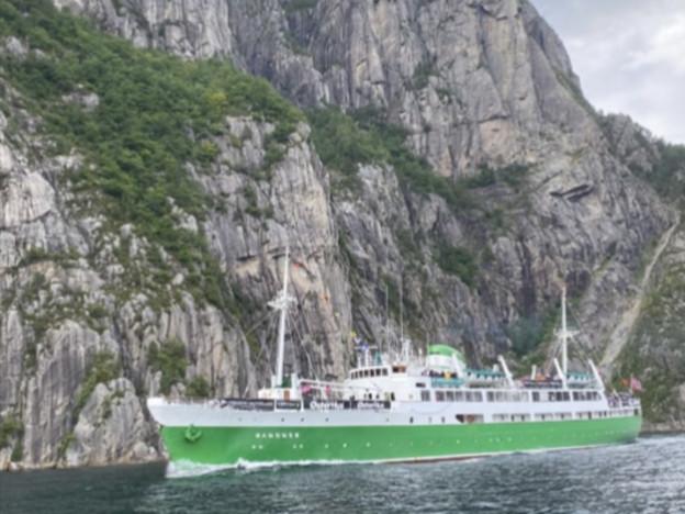M/S Sandnes fra en av sine mange populære tokter i Lysefjorden