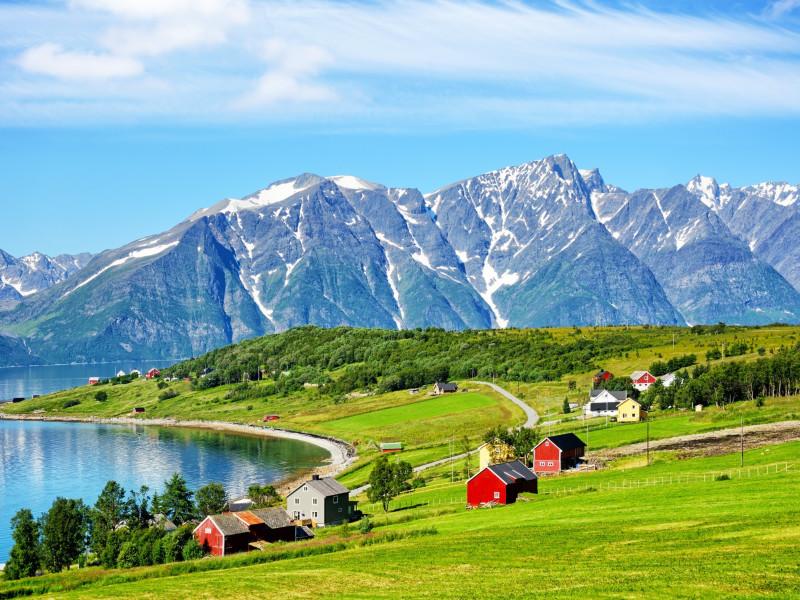 Lyngen i Troms (bildet) er eksempel på en distriktskommune hvor de eldre kan ha nytte av en stimuleringsordning for boligmarkedet i distriktene.  (Illustrasjonsfoto: iStock)