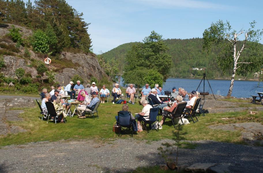 30 pensjonister var samlet på en flott ettermiddag.