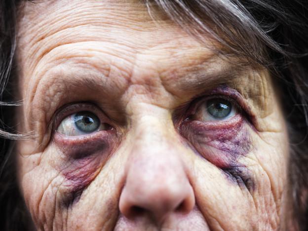 Når mange eldre nå er isolert, både hjemme og på sykehjem, øker risikoen for å bli utsatt for vold og overgrep. (Illustrasjonsfoto: iStock)