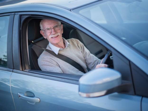 Samferdselsministeren mener en obligatorisk helseattest for eldre bilførere er et viktig virkemiddel for å sikre at de med førerrett oppfyller helsekravene, og dermed er trygge sjåfører. (Illustrasjonsfoto: iStock)
