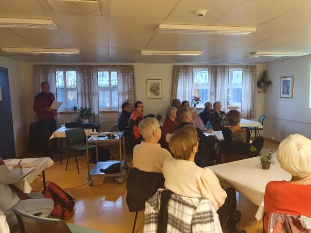 Pensjonistmedlemmene lyttet intresert i det Jan Rognmo hadde på blokken om Erling Borch_Johnsen