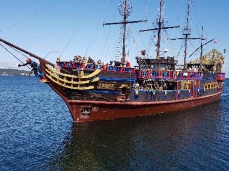 Sjørøverskip, stappfull av turister