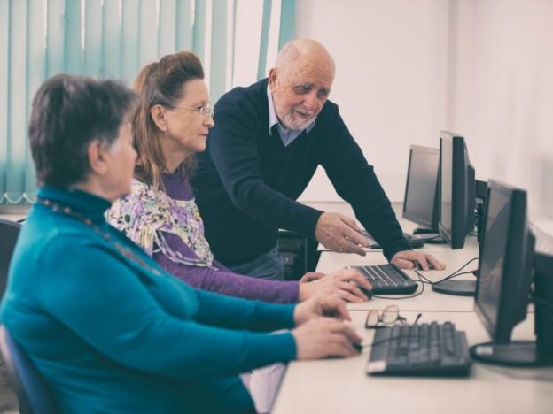 Datastuene skal etableres i tilknytning til allerede eksisterende møteplasser for eldre, som senior- eller aktivitetssentre.   (Illustrasjonsfoto: iStock)