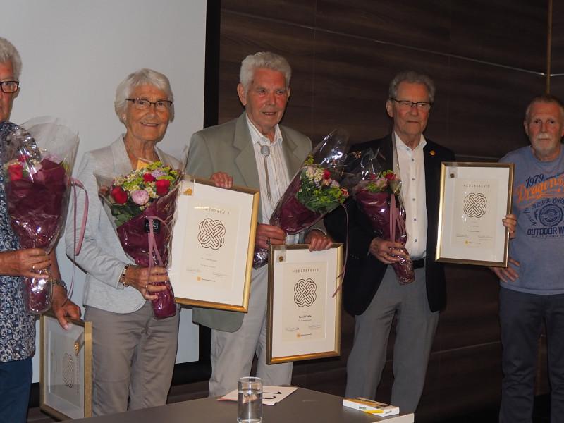 Roy Frimanslund (til høyre) delte ut hedersbevis, gullnål og blomster til Arne Bjørnstad (fra høyre), Torvild Valle, Tora Ottersland og Anne-Marie Aasbø (Nils Audun Gryting fra Gjerstad tok imot på vegne av Anne-Marie).
