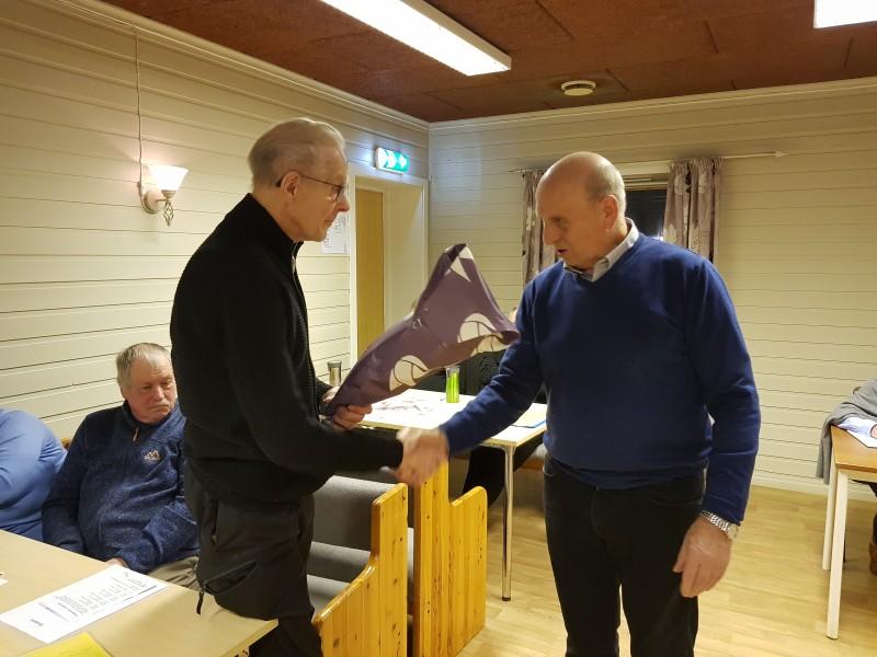 Asbjørn Elvegård gratuleres med 90-års dagen.