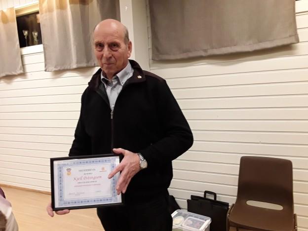 Leder Kjell Østingsen fikk Pensjonistforbundets Gullnål og Hedersbevis for 15 år som leder av Eidsfjord Pensjonistforening. Foto: Bjørn Pettersen
