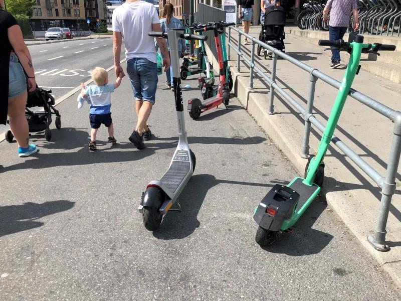 Pensjonistforbundet ba om å verne fortauene for fotgjengere, men siden de små elektriske kjøretøyene faller inn under definisjonen som sykkel, så kan de brukes som sykler og parkeres som sykler.  (Foto: Anders Rasch)