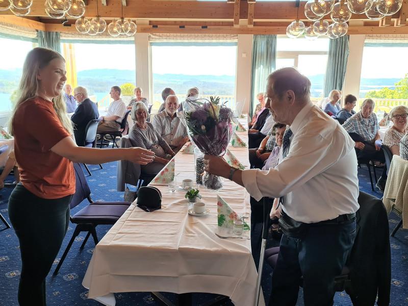 Ordførar i Alver, Sara H. Sekkingstad, får blomster frå Kåre Bastesen som sjølv vart heidra etter åra som leiar