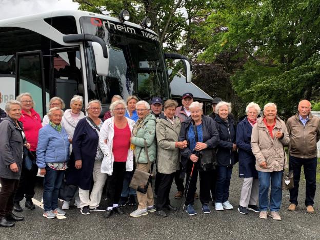 20 pensjonistar deltok på turen.  Vi besøkte Ulvesund Fyr i Deknepollen og Vågsberget handels- og gjestgjevarstad, Kystmuseet, Måløy.