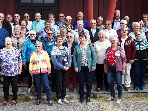 Deltakerne fotografert på trappa til Kautokeino kirke (Foto Bjørn Pettersen)