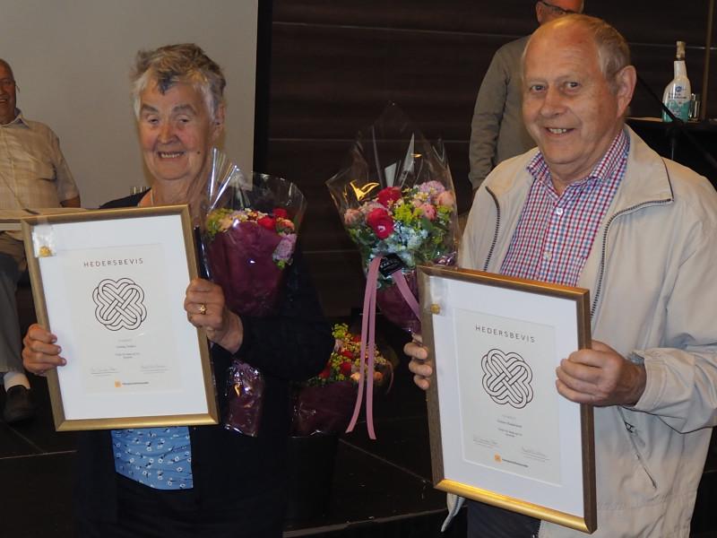 Aslaug Junker og Tobias Handeland fikk tildelt hedersbevis, gullnål og blomster.