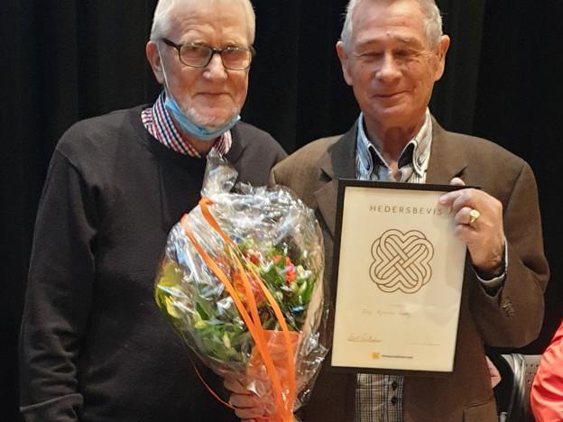 Kasserer Atle Lerøy ble hedret som æresmedlem av Fana Pensjonistforening. Han ble overrakt diplom, nål og blomster av leder Knut Gullaksen.
