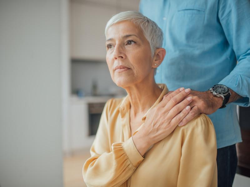 Å miste partneren er tøft - og med regjeringens forslag kan det også bli tøft økonomisk, særlig for kvinner med lav pensjon.   (Illustrasjonsfoto: iStockphotos)