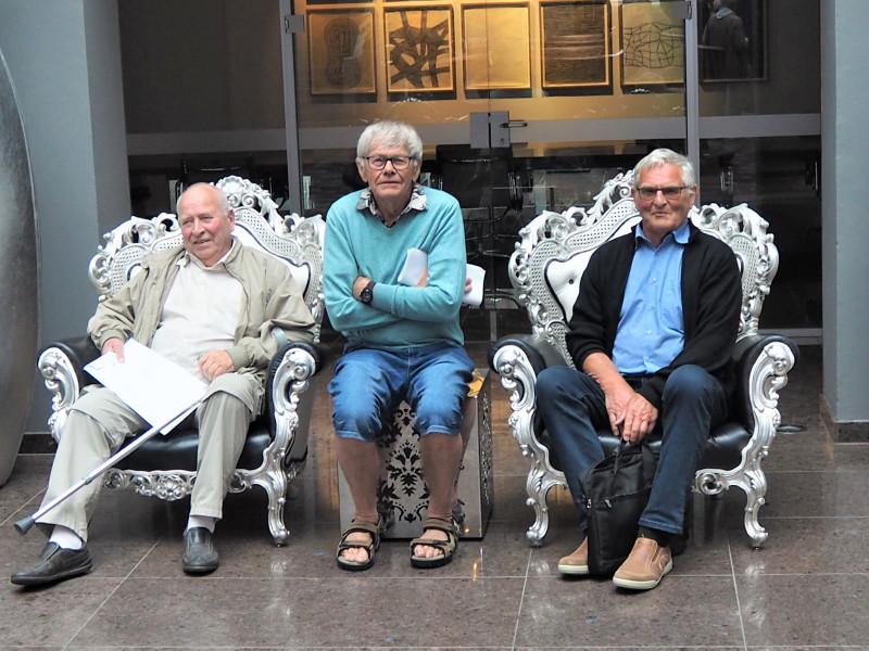 Delegatene fra Holt pensjonistforening; Anders Grændsen, Torkell Erik Gledje og Tore Moen, godt plassert i hotellets konglige stoler.