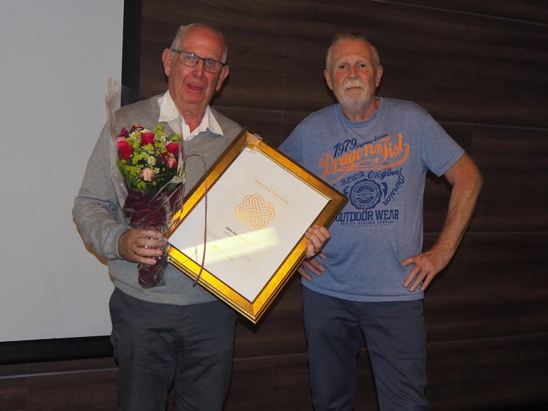 Både Ivar Netland (tv), avtroppende leder, og Roy Frimanslund (tidligere leder i Aust-Agder Pensjonistforbund, fikk tildelt hedersbevis, gullnål og blomster.
