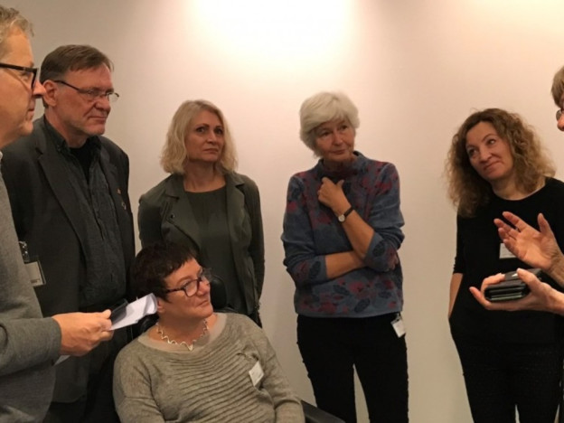 Etter høringen i Stortingets kommunal- og forvaltningskomité torsdag, tok komitéleder Karin Andersen (SV) t.h. seg tid til en prat med representanter fra Bostøttealliansen.