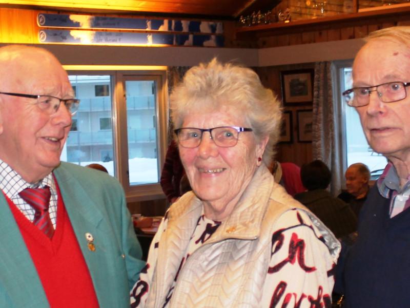 HEDERSTEGN: Erik Nilsedalen (til venstre) overrakt Pensjonistforbundets hederstegn til Hanne Raaen og Hilmar Hellum.