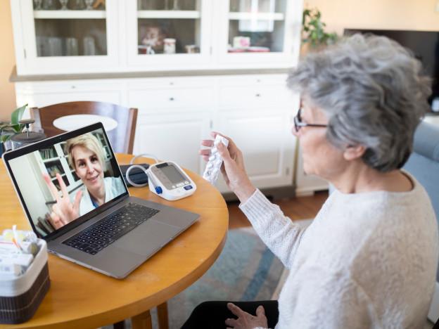 Om lag 200 000 eldre i Norge bruker ikke internett. Dersom vi ikke lykkes med å inkludere alle i den nye digitale hverdagen, skaper vi utenforskap.  (Illustrasjonsfoto: iStock)