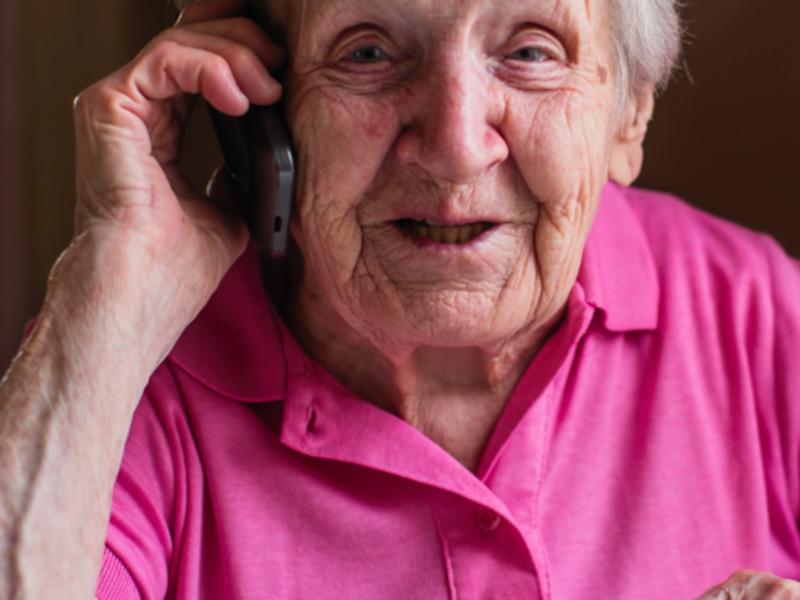 Dugnadsgjengen har ei liste med 1065 personer, men lista mangler telefonnummer til 190. Vi ringer de vi kan og opplever at de som tar telefonen takker for tiltaket og synes tiltaket er positivt. En av de vi kontaktet ville selv være med på dugnaden da hun hadde sittet i sin ensomhet i 11 mnd og trengte noen å snakke med.