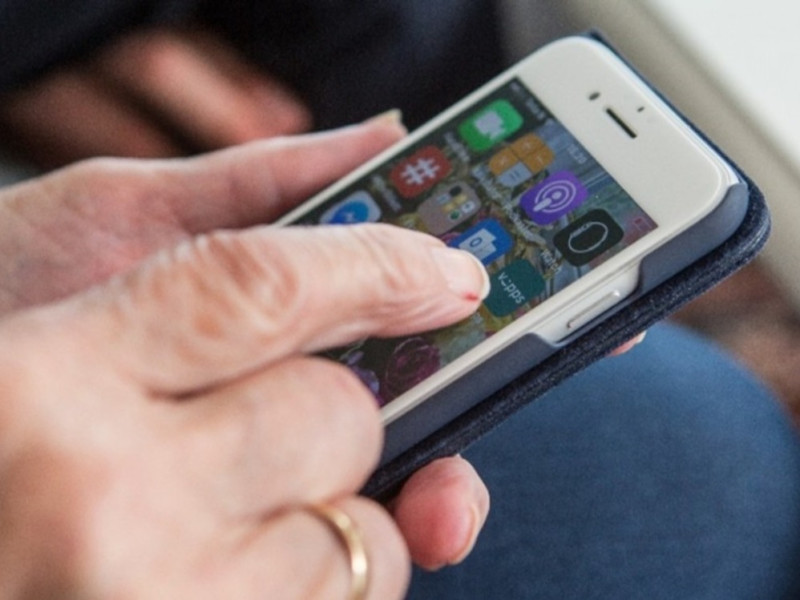 Lurer du på hvordan du bruker smarttelefonen? Ring 22 600 700 så hjelper vi deg.