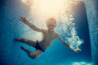 boy-underwater-in-swinmmingpool