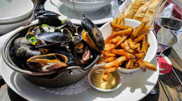 Mussels-on-platter-with.fries-and-mayonnaise