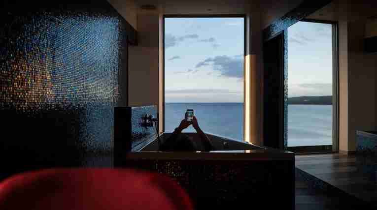 Room-deluxe-bathroom-view-Vox-Hotel-EDIT