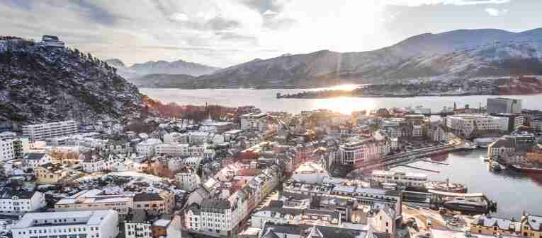 overview of quality hotel ålesund at wintertime