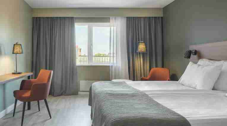 superior-double-room-bed-room-quality-hotel-grand-kristianstad