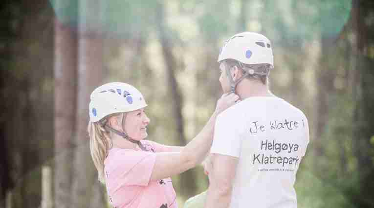 couple-at-HelgoyaKlatrepark-putting-on-helmets