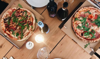 Aktern-pizza-table-and-wine
