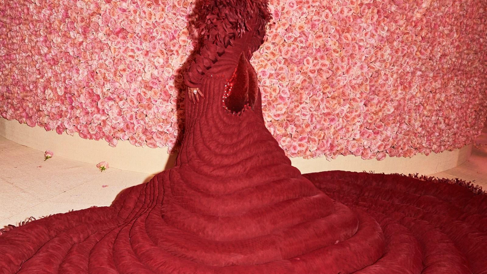 04261-HA-metgala19-Staircase - Jenae Holloway - US - Costume Institute Benefit Met Gala
