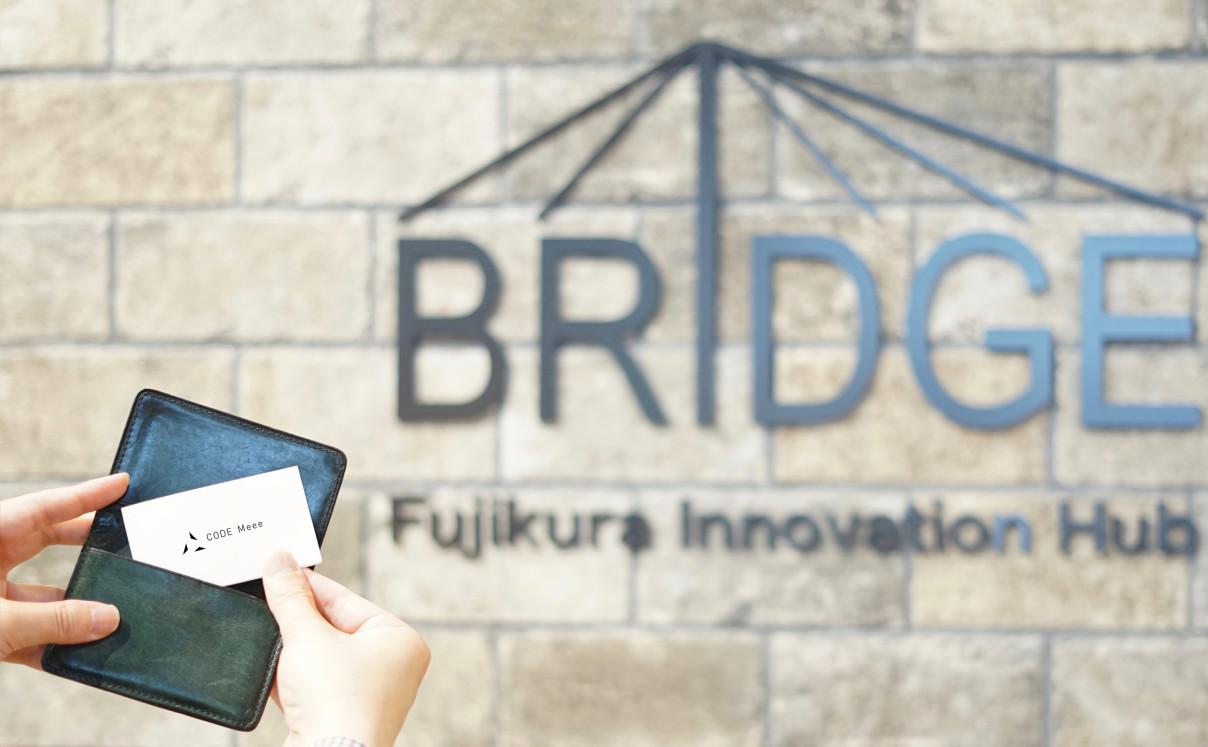 BRIDGEのオフィスとコードミーの名刺の写真