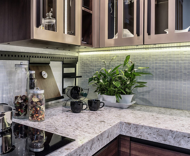 marble-countertop-peace-lily-plant
