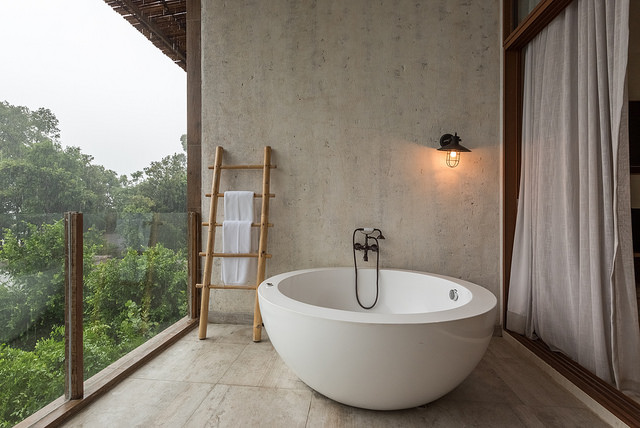 outdoor-luxury-bath-tub