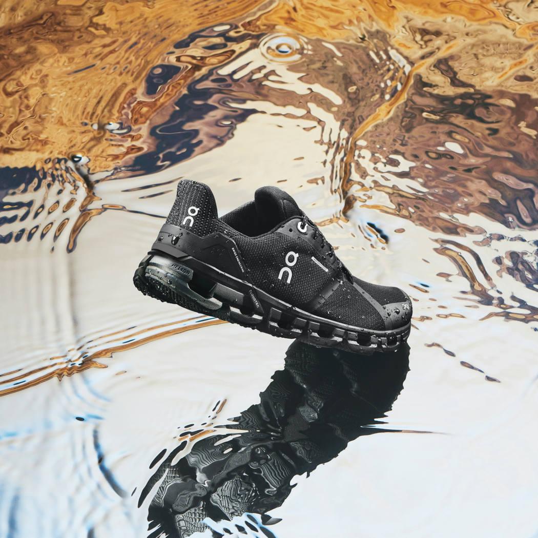 ON クラウドフライヤー ウォータープルーフ の写真|バシャバシャと水溜まりの中を走って行ける防水モデルです。