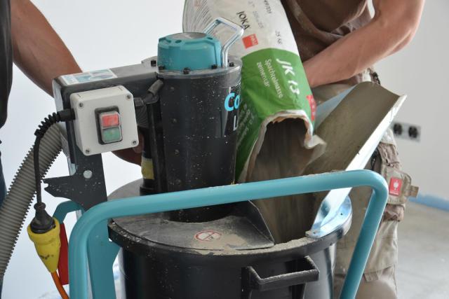 Titelbild - Blogbeitrag: Fließmassenmischer LevMix: Einbringen von Joka JK 13 Spachtelmasse auf kleinesten Raum