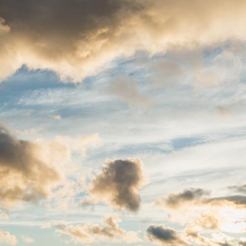 Blauer Himmel blitzt zwischen ein paar Wolken hervor