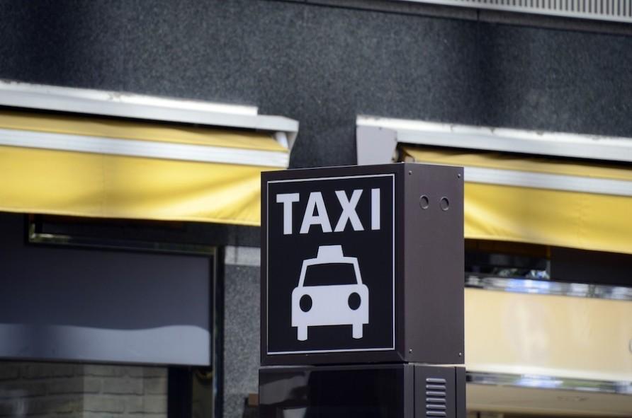 タクシーの乗り方を初心者向けに解説!マナーを押さえてスムーズな乗り降りをしよう