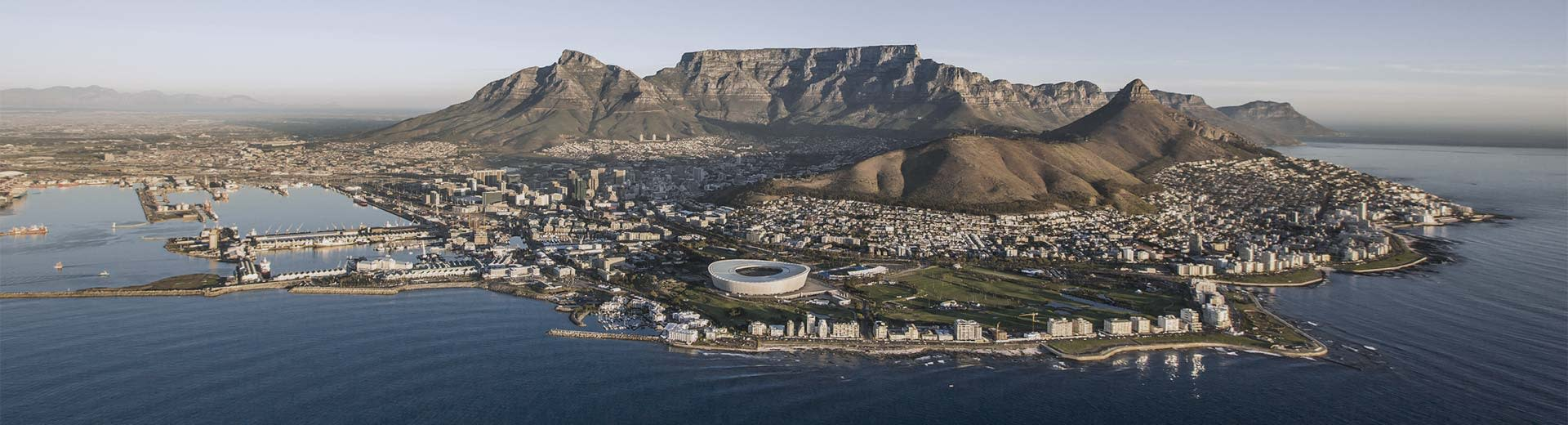 The famous Table Mountain behind the sprawling metropolis of Cape Town