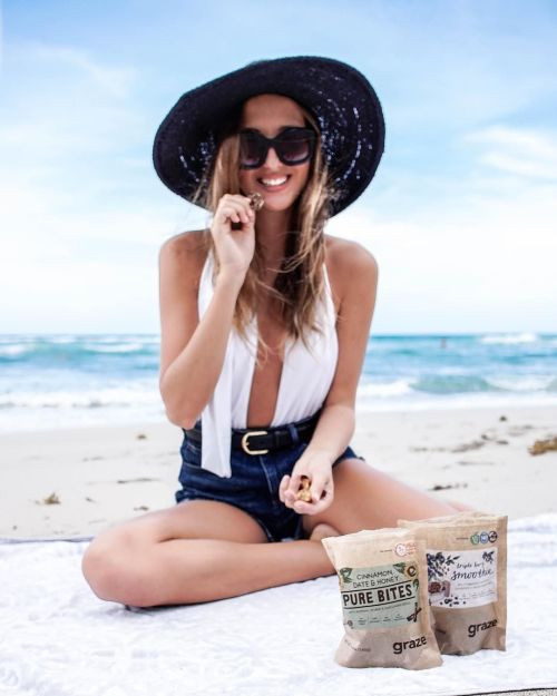 beach smile hat snack chew picnic