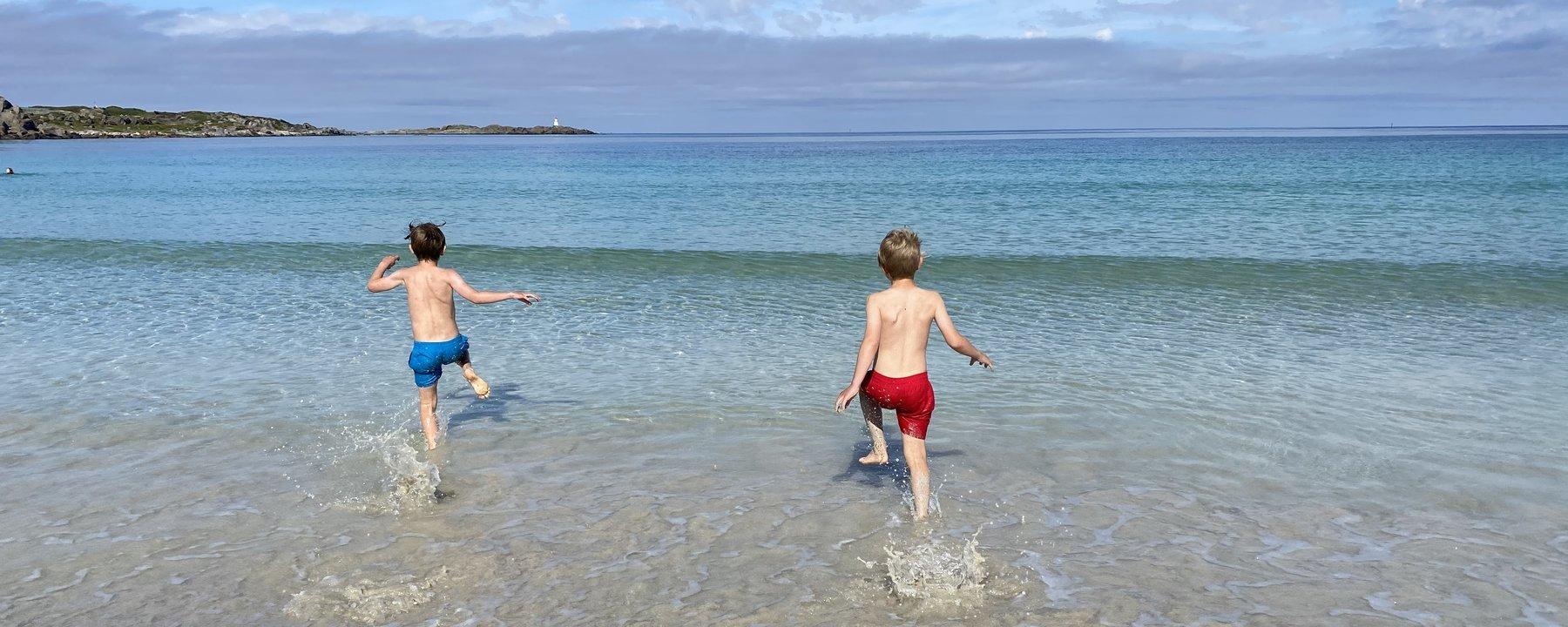 Bilde av Max og Felix som bader i havet