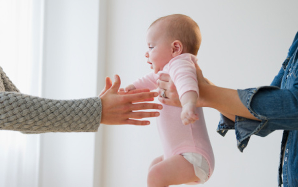 3-tips-to-help-your-baby-feel-comfortable-around-strangers