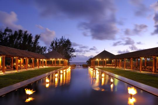 MUMRUOUTRI Outrigger Mauritius Beach Resort Lemon Grass by night